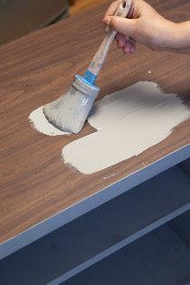 アニースローンペイントは下塗り、下準備なしにいきなり筆で、塗っていきます。 ほぼ無臭なので、部屋の中でそのまま塗り替えることができます。