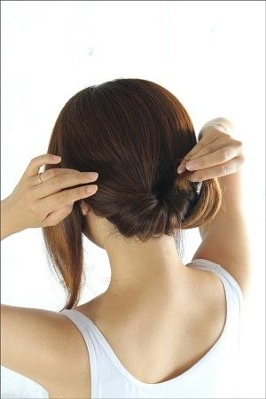 毛先を上から結び目の内側に入れ、 ヘアピンで固定し後ろ髪をまとめます。