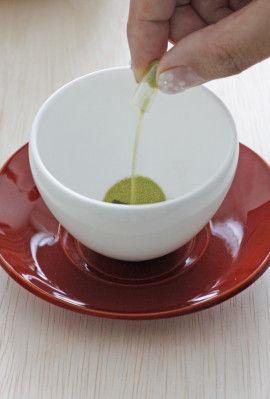 湯飲みを用意し、カプセルをあけ、 中の粉茶をいれます。 カプセルは こちらで1杯分のお茶になります。
