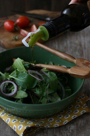 こちらはシンプルなグリーンサラダ。 イタリアの食堂ではグリーンサラダを頼むと、 ドレッシングはかかっていないことが多いです。 テーブルに備え付けのエクストラヴァージンオイルとビネガー、塩、胡椒をサラダに直接ふりかけ、お好みの味に仕上げて、いただきます。