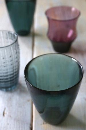 """そこにガラス素材をいくつか投入すれば """"クール&スモーキー""""な夏の食卓の完成です。 器もガラスも、色は大人っぽいダークな寒色系から選ぶと より涼しい印象になりますね。"""