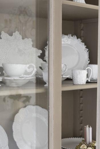 キャビネットのなかには、 ショップでも取り扱っている Collection Regards と Astier de Villatteの 食器を飾って。 (Collection Regards は、 現在取扱いは休止しています)