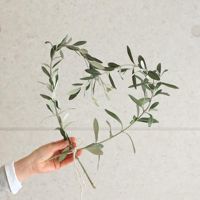 シンプルインテリアに♪ オリーブの枝で作るハートの壁飾り