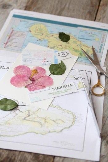 無地のポストカードに、 旅先の地図を適当に切り取った紙と ハイビスカスを コラージュして貼り付けます。