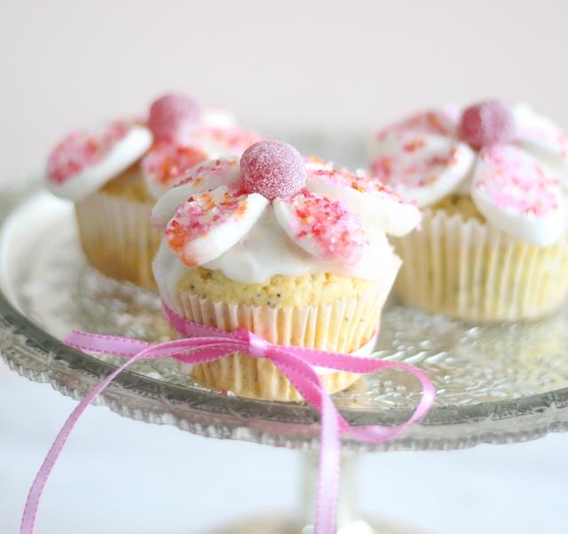 マシュマロを切って貼るだけ♪ 簡単お花のカップケーキの作り方