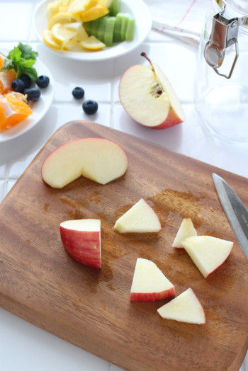 フルーツは皮をよく洗って、 子どもも食べやすいように 小さめにカットします。 そのまま食べられるように オレンジの皮は、 むいておきます。