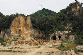 【有田焼の原料となる陶石の採石場「泉山磁石場」】