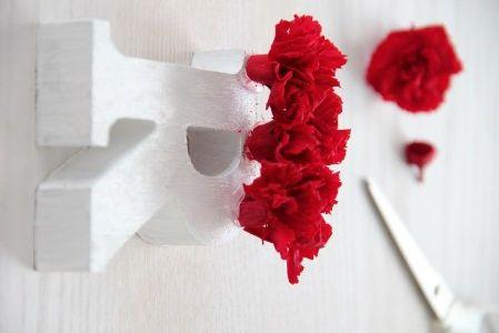 アルファベットオブジェ 2つで¥300  ホビーカラー(水性エナメル塗料)ホワイト¥300   ともに、3COINS プリザーブドフラワーのカーネーション  (造花でも、紙製でも、なんでもOK) グルー、接着材