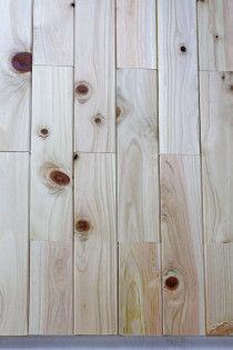 ヒノキのプラークをベニヤ板の上にパズルのように並べ、配置を決めておきます。