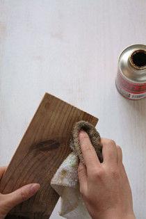 2.古材にオイルステインを塗ります(2回くらい)。