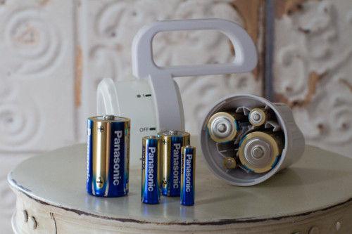 災害を経験してこその発想! 乾電池の種類を選ばない懐中電灯