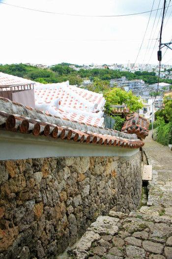 来た道を戻り、 再び石畳を下っていきます。 沿道には、赤瓦屋根の 民家が立ち並び、 那覇の街が眼下に広がります。