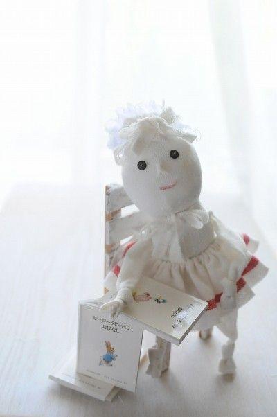 子どもの靴下に綿を入れるだけで、 つま先が胴体に、踵がふっくらした顔になります。 ボディができたら、 キッチンクロスやお手持ちの布で手足をつけます。 花柄や縞々の手足も、きっと素敵です。