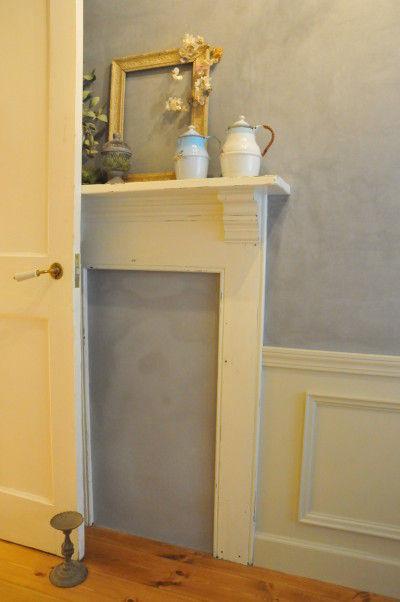 ドアのそばの壁面には、マントルピース風のコーナーも。 ちょっとしたスペースも絵になります。