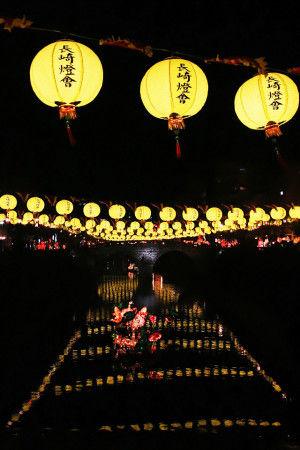 その他長崎市中心地でもランタンを楽しめます。 長崎の観光名所「眼鏡橋」では黄色いランタンと 川の水面に浮かんだランタンオブジェが大人気です。