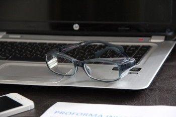 お値段もお手軽で、かつ、普段使いもできるデザイン性。 色も多様にあるので、 お仕事中でも、普通のメガネとして使えそうですね。