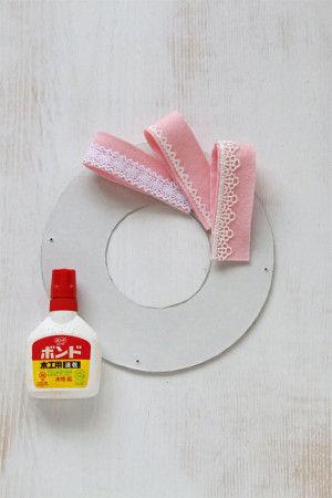 貼り合わせたフェルトを厚紙で作った台紙の上に角度を調節しながら貼っていきます。最後にトップにリボンも貼ります。