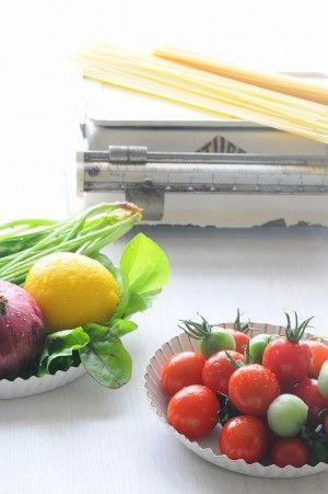 【材料】 ミニトマト、パスタ、お好みの野菜 【作り方】 パスタをゆでオリーブオイルと塩、胡椒を振る。お好みの野菜とトマトを飾る。