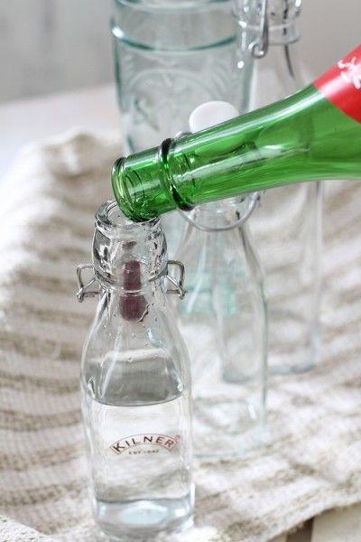 「移し替えるのには、漏斗が必要?」と思うと、ちょっと面倒…。 漏斗がなくても、意外とこぼれずに簡単に移せますよ。 きちんと瓶の口を接して、静かに注いでください。