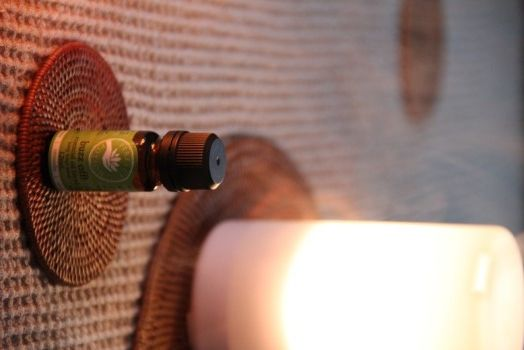 シトロネラ  ペパーミント  ユーカリ  スパイクラベンダー  ティートリー  バージニアシダーウッド が入っているので、 アロマポットなどで焚くことにより 良い香りに包まれながら、虫よけができちゃう。