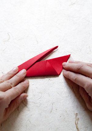 5.一般的な鶴の折り方と同じように、中折りにします。