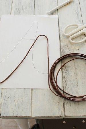 ドアサインにしたいアルファベットを紙に下書きし、太めの針金を下書きにそって型どります。