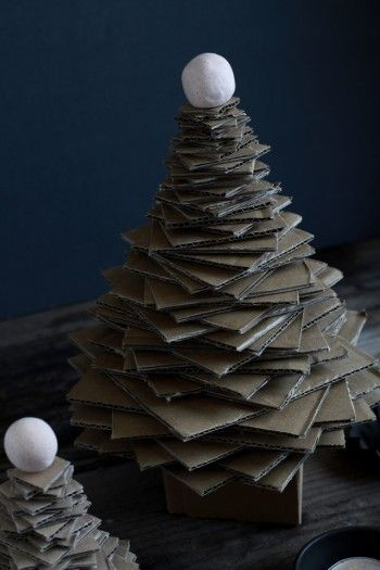 正方形のダンボールの大きさが大きければ、大きいツリーに。 小さめにすれば小さなツリーになります♪