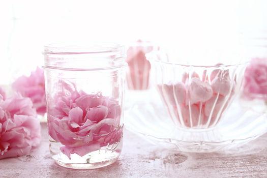 空き瓶が活躍。ジャム瓶の中にバラを飾って
