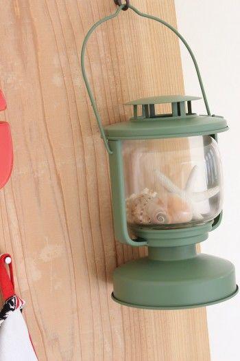 ガラス製のランタンには、 貝殻をディスプレイ。