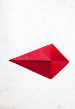 2.一度広げ、中心の折り線に合わせて折ります。