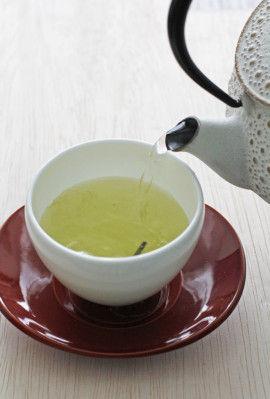 お湯を注いでみましょう。 粉茶がすぐ溶けだしますが、 なにか1本見えてきます。