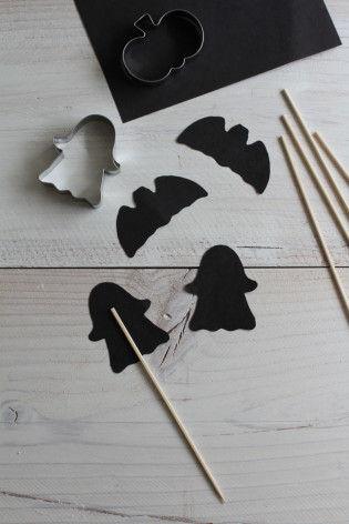 (2)切り抜いた二枚の型紙で竹ひごをはさみます。のりで接着。