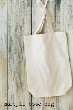 シンプルなトートバッグは、 セリアなどの100円ショップで購入。 横25×縦30cmのものです。