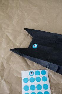 ラベルシールに目玉を両面テープで接着。それを袋に貼付けます。