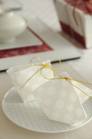 お菓子袋は、懐紙で折って水引を結んでいます。 立体的に折りあげることで、テーブルのお飾りとしても華やぎます。