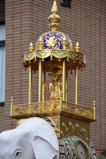 象の両脇には時計を彫刻し、 宮殿内にブロンズ製オランダ人打鐘の像を置きます。