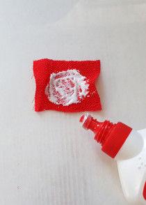 4cm×4cmの布に直径3.5cmの円になるようにボンドをぬります。