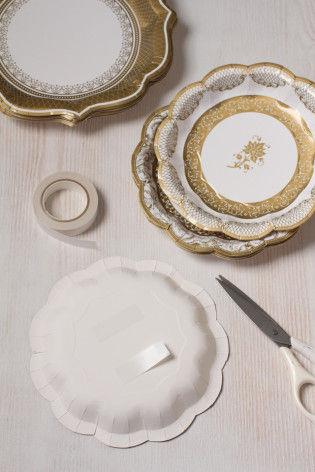 好きなサイズの紙皿の裏面に両面テープを貼り あとは壁にペタペタ貼り付けるだけ!