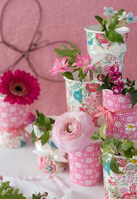 紙コップに春の花を
