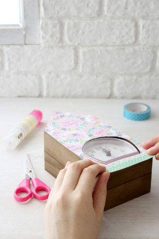 6.箱の正面にあわせて貼り、カラーテープなどで飾りつけます。
