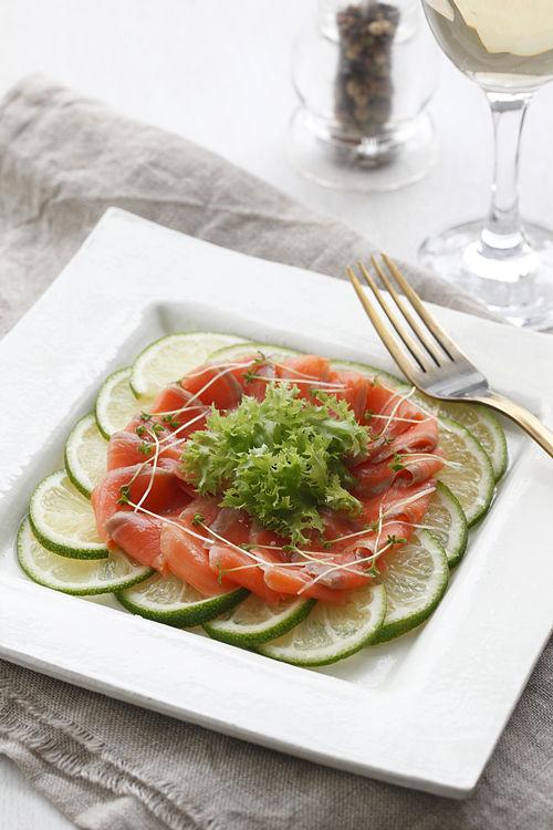 スモークサーモン サラダ仕立て 盛り付けのコツ