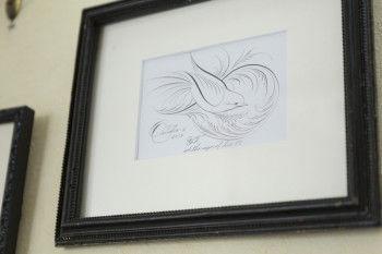 フラーリッシングとは、カッパープレートペンを使って鳥や草模様を描き出すアート。ペンの弾力性を生かして線の太さに強弱をつけ、模様を表現します。