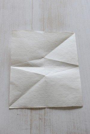 開いて、菱形の角と懐紙の角に折り目をつけます。