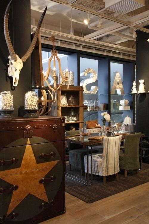 ヴィンテージ感のあるデザインは、空間のアクセントに。 (手前のチェスト)ANDREW MARTIN STAR LEATHER CHEST ¥350,000 (奥の棚)TIMOTHY  OULTON BY HALO GLOBE TREKKER BOOKCASE
