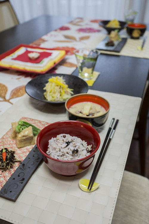 この日のメニューは 味噌ラフテー、パパイヤイリチー、イナムドゥチ、もずくの佃煮、五穀米、ちんすこう