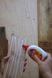 3.ステインを塗った古材の裏にボンドをつけます。