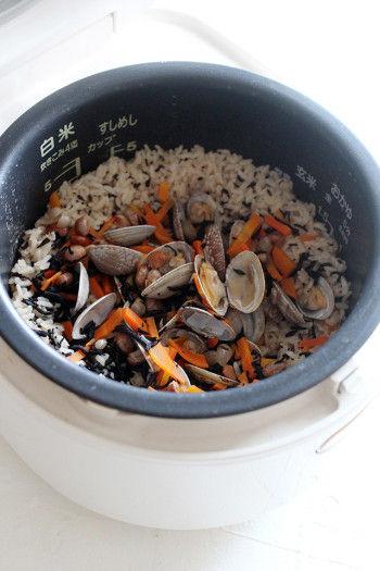 5.炊きあがったら、アサリの殻を外して具材を混ぜれば出来上がり!