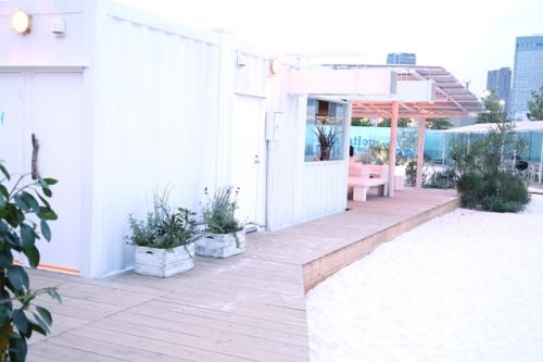 街の中の白砂ビーチと、テーブルで愉しむドライフラワー