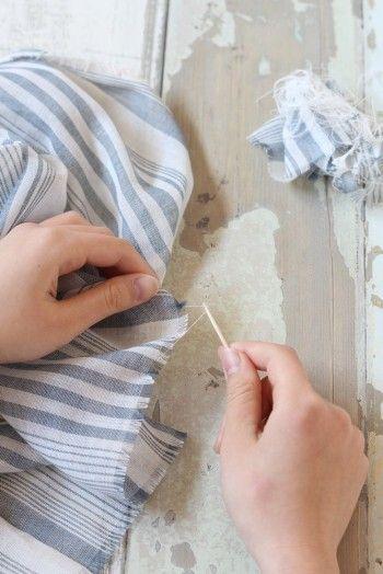 両サイドはそのまま、端の部分の糸をほぐします。 ポイントは、ほぐす前に布の端を直線に切ることと、 1本ずつ丁寧に抜くこと。
