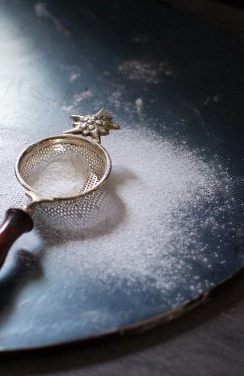 用意するのは粉砂糖 さらさらとした粉砂糖は 冬には雪を連想させますね
